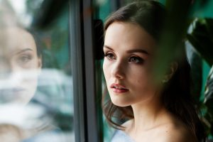 donna alla finestra